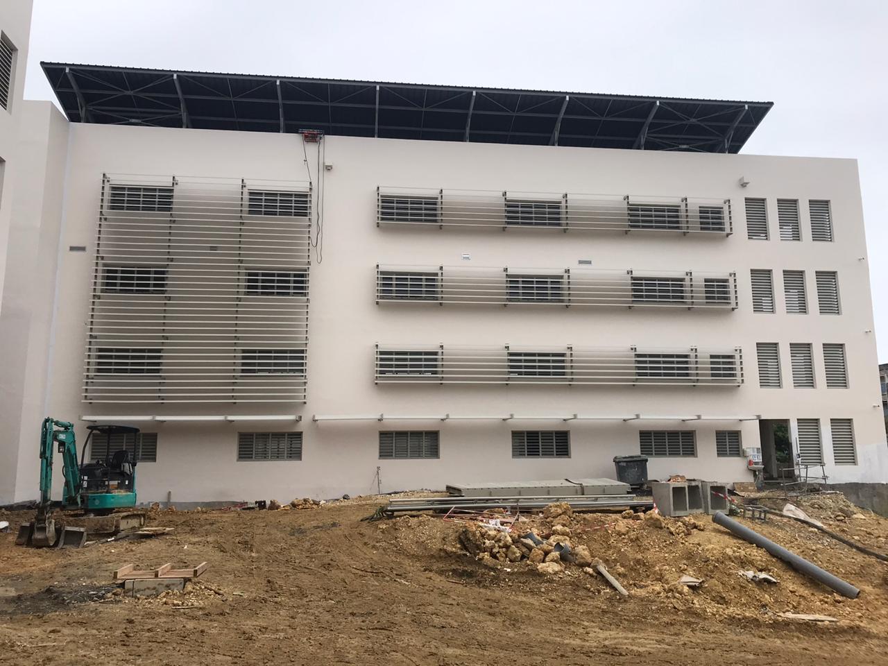 brise-soleil-aluminium-protection-solaire-pluie-lames-tubulaires-ventilation-aeration