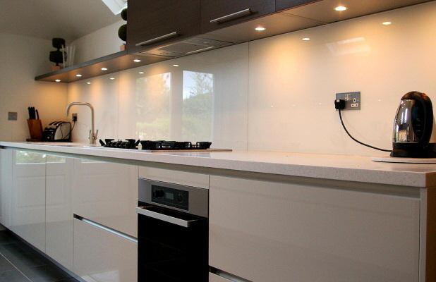 kitchen_fitted_with_opticolour_bold_white_glass_splashbacks_34