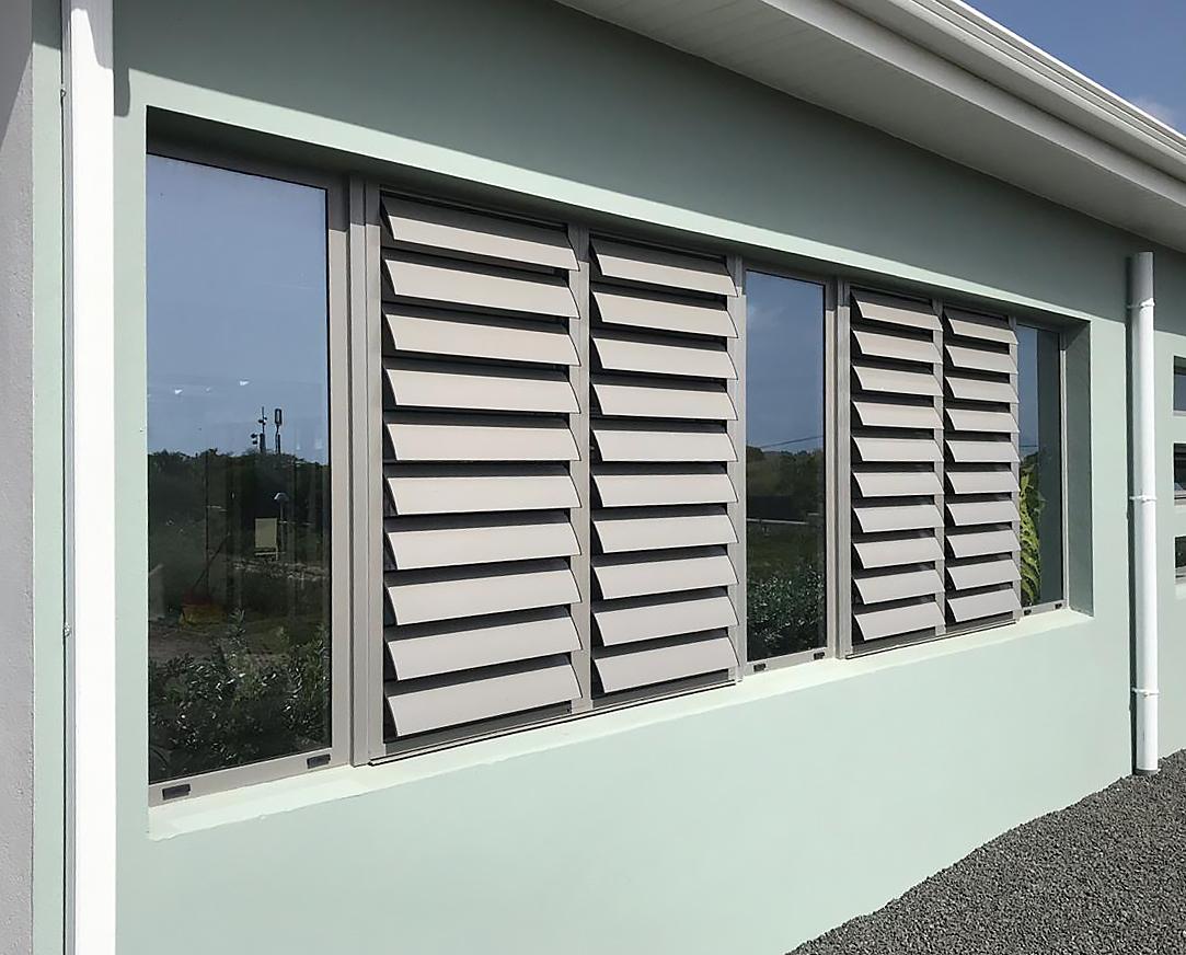 jalousie-aluminium-menuiserie-aluminium-gris-anthracite-vitre-verre-guadeloupe