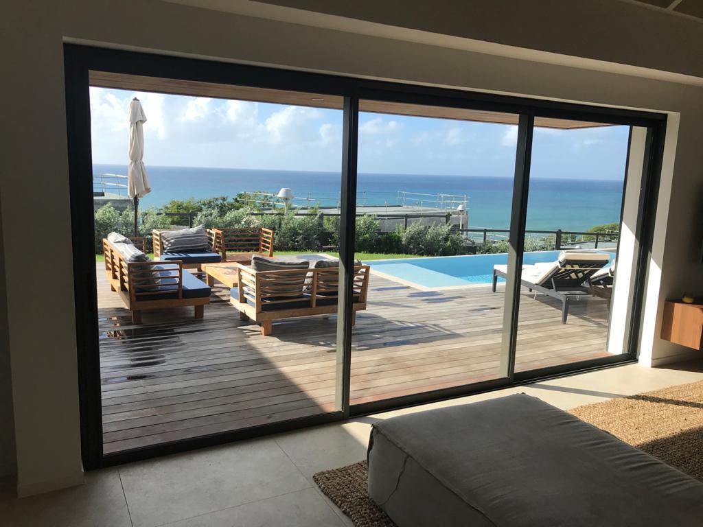 baie-vitree-coulissant-technal-gb-fenetre-villa-guadeloupe-paracyclonique-tropical-performance-vitre-vitrage-protection-vents