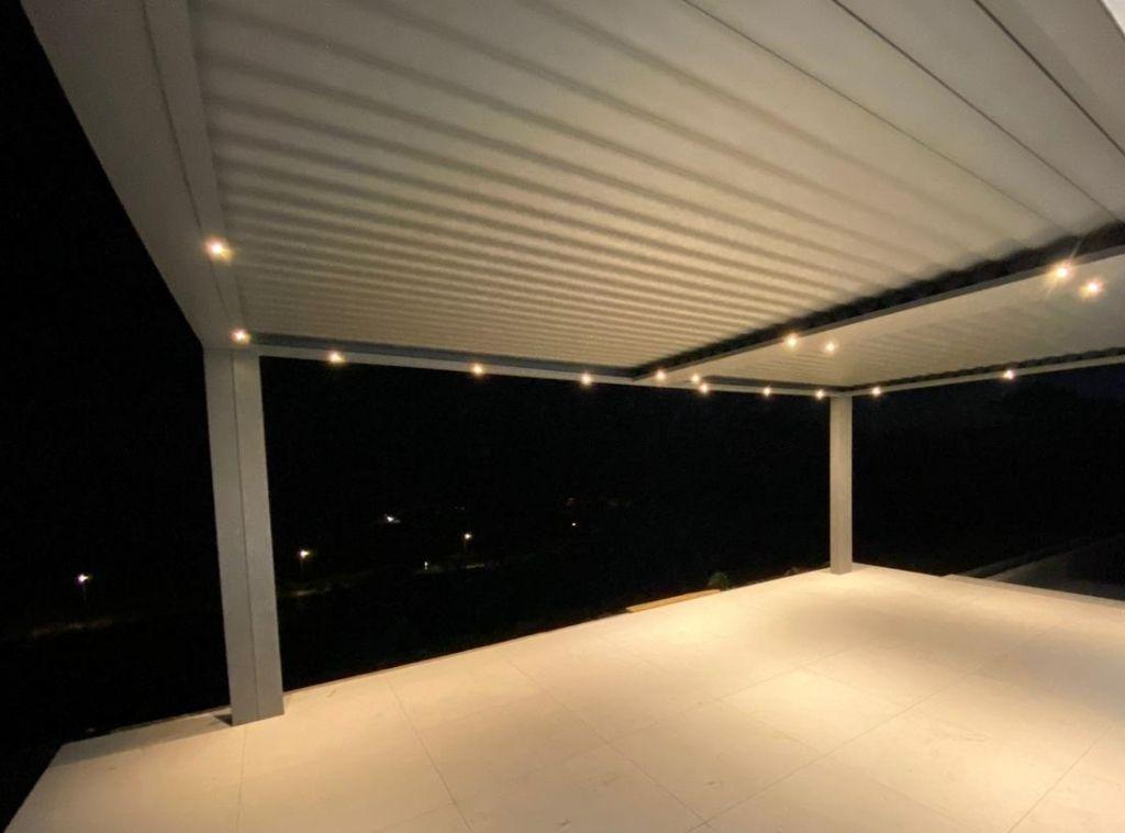 pergola-climatique-lames-orientables-aluminium-blanche-technal-suneal-protection-solaire-villa-terrasse