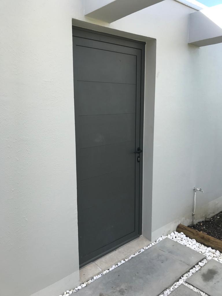 porte-technal-PB-classique-panneaux-lames-aluminium-villa-guadeloupe-gyn-nouveaute
