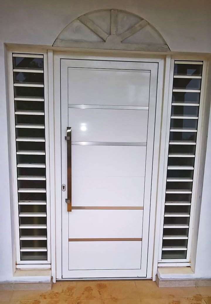 porte-entree-aluminium-menuiserie -sur-mesure-blanche