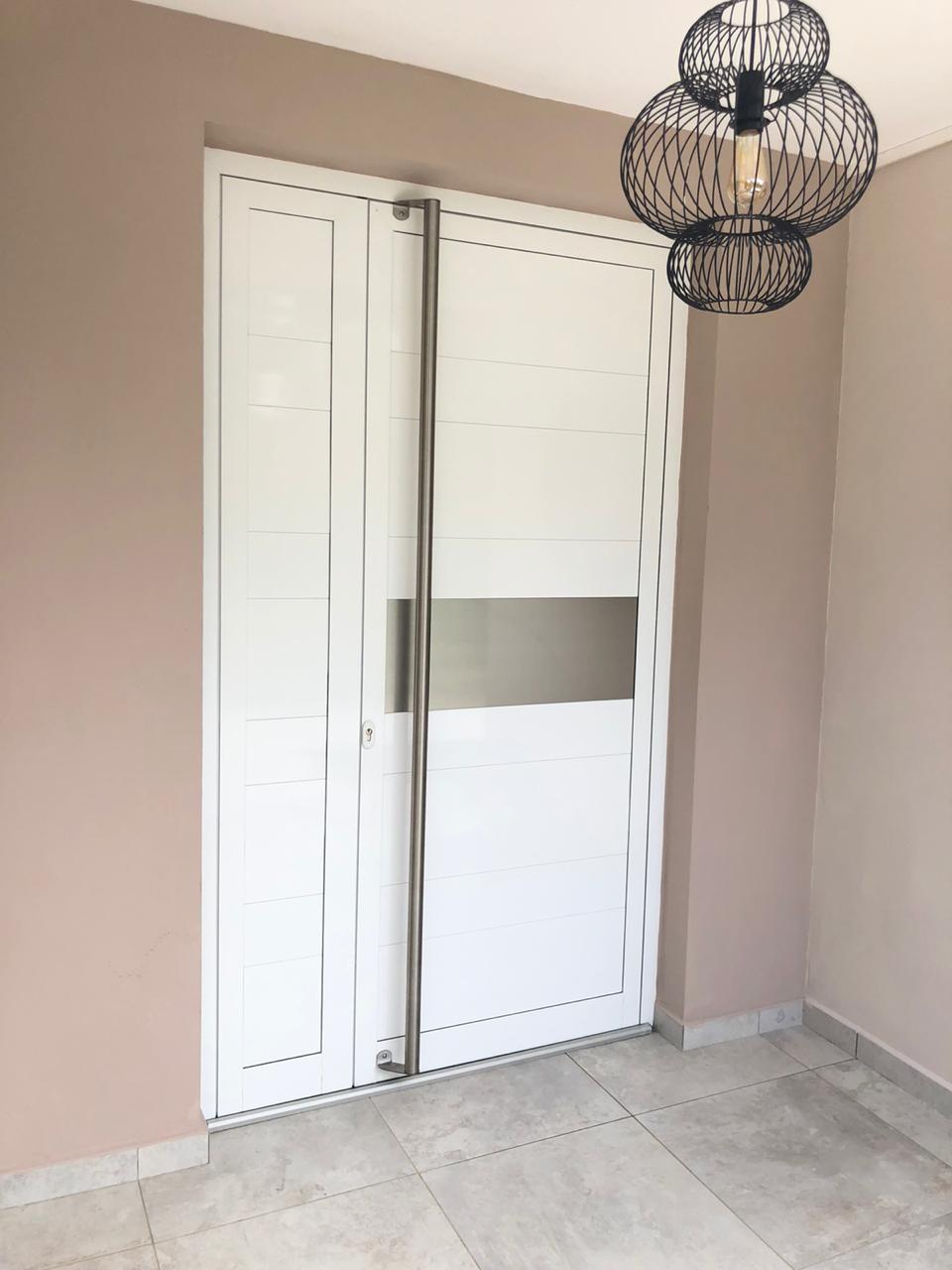 porte-d'entrée-aluminium-menuiserie-sur-mesure-coloris-blanc