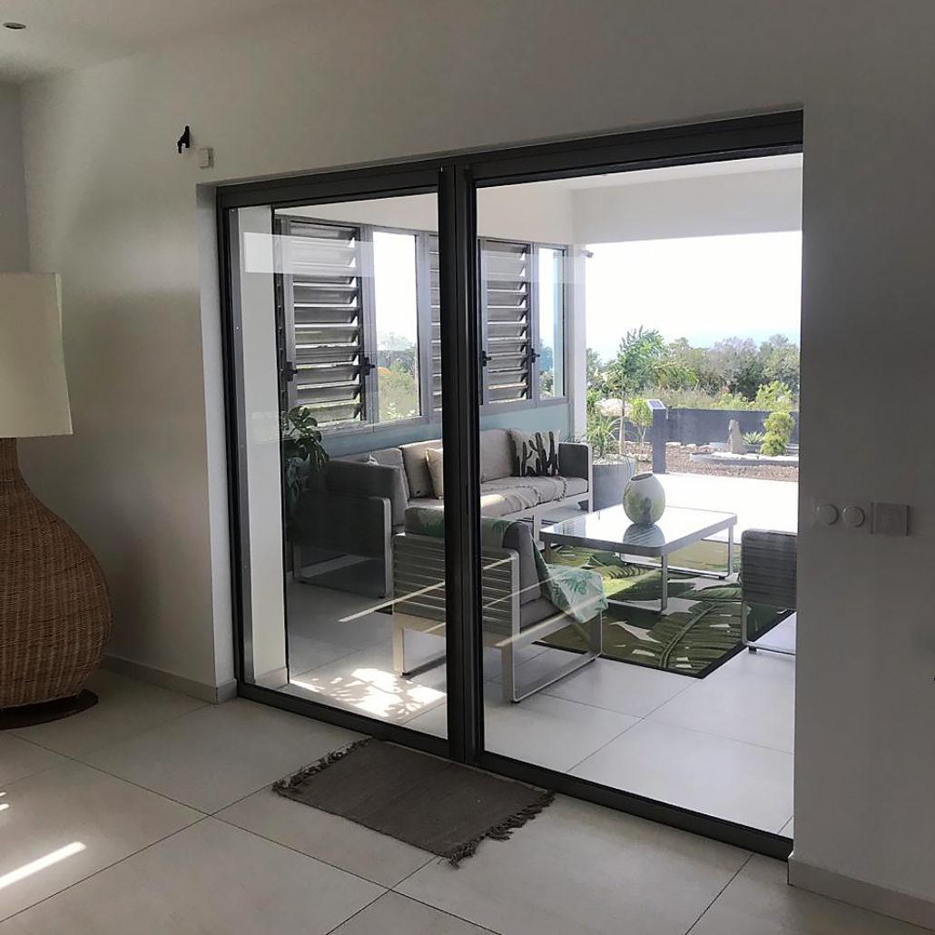 fenetre-baie-vitree-aluminium-guadeloupe-terrasse-gris-anthracite-sur-mesure
