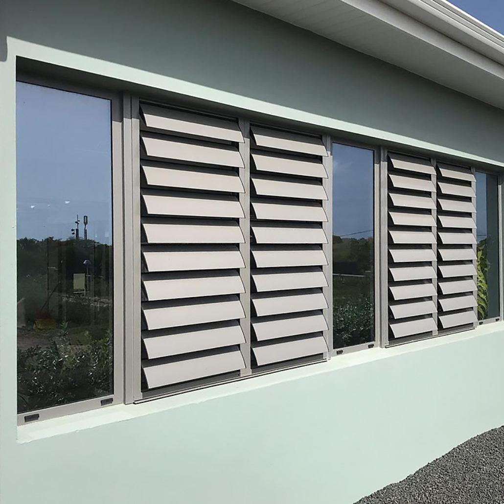 jalousie-aluminium-menuiserie-gris-anthracite-vitre-verre-guadeloupe