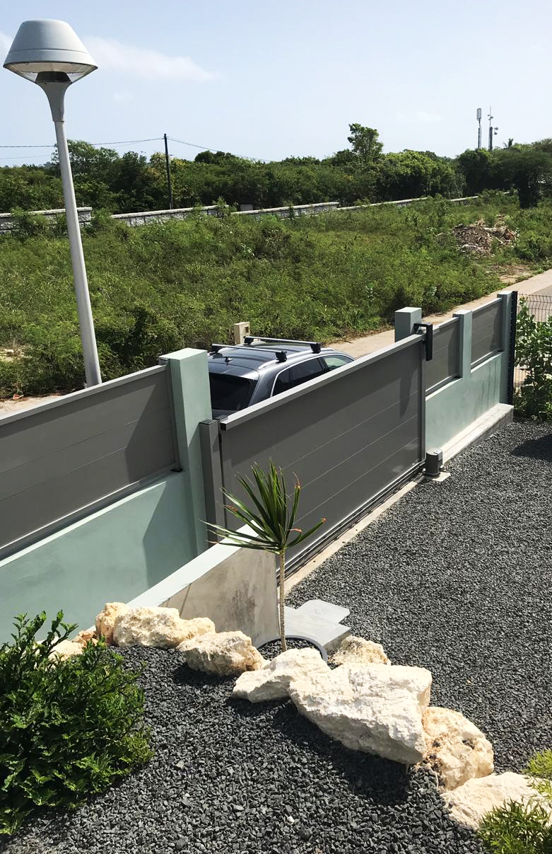 portail-motorise-aluminium-gris-guadeloupe-securite