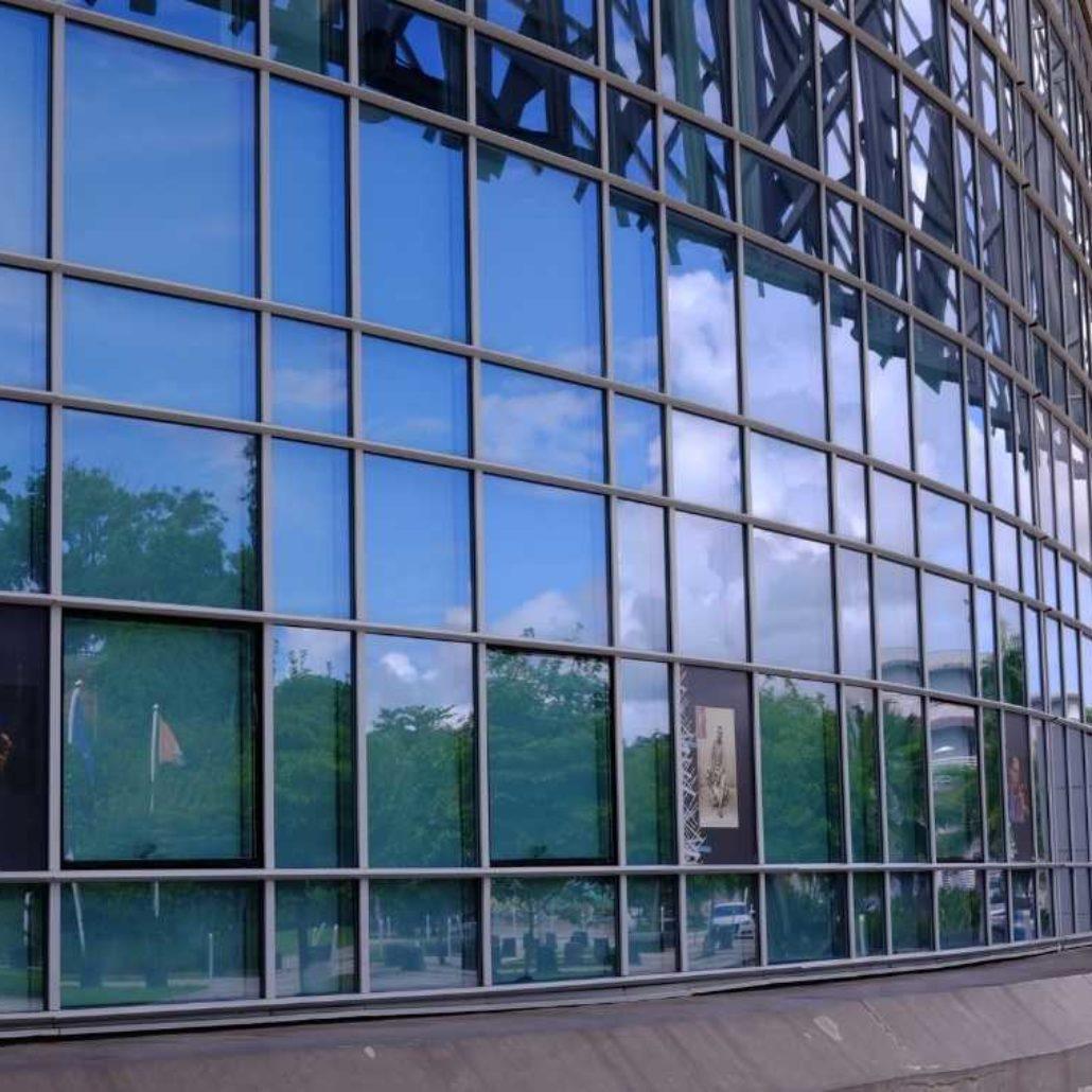 mur-vitré-memorial-acte-monument-chantier-prestige-guadeloupe-vitrage-verre-vitre-transparence