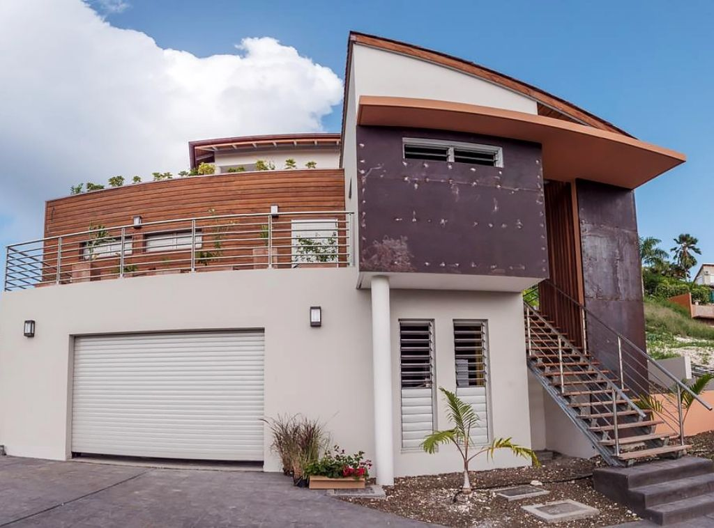villa-guadeloupe-vitrage-fenetres-verrerie-aluminium-technal-GYN-baie-vitree-coulissant-garde-corps